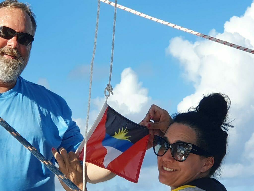 Endlich - die Flagge Antiguas wird gehißt